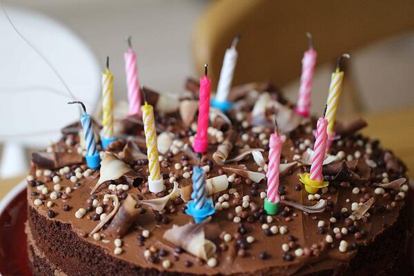 birthday cake with candles - lifehack for lighting candles